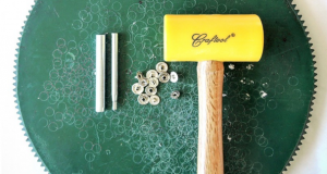 Как да прикрепите метални копчета?