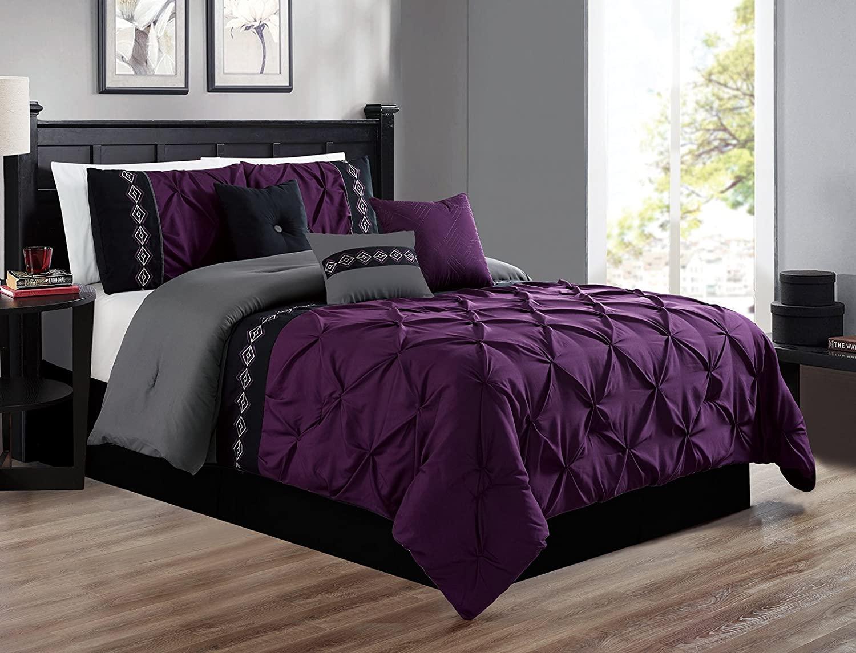 Спалня с черно-лилави орнаменти